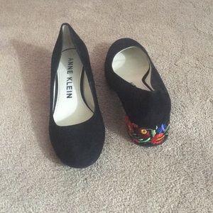 Size 7 Anne Klein blk suede shoe; heel decoration